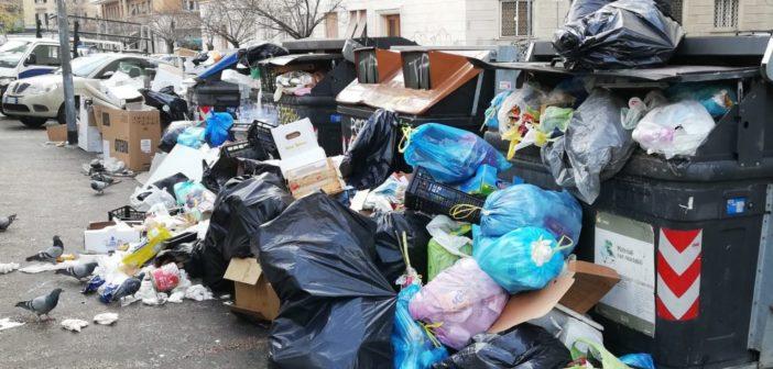 Codacons su Roma rifiuti, tutti i residenti possono costituirsi parte offesa e chiedere 2.000 euro di risarcimento per danno da mancata raccolta dei rifiuti